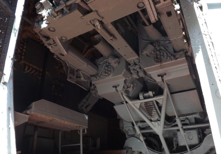 Внутри орудийной башни крейсера Михаил Кутузов
